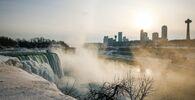 تتدفق المياه حول الجليد الذي تكون في الجزء العلوي من شلالات نياجرا بسبب درجات الحرارة الباردة، ولاية نيويورك، الولايات المتحدة، 21 فبراير 2021
