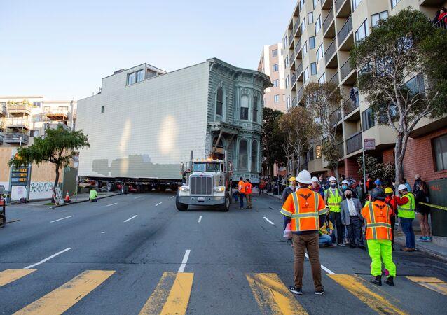 نقل منزل قديم من الفن المعماري الفيكتوري، عمره 139 عام، من شارع فرنكلين إلى مكانه الجديد في سان فرانسيسكو، ولاية كاليفورنيا، الولايات المتحدة 21 فبراير 2021