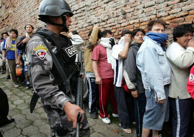 الشرطة تحرس المحتجزين داخل أحد السجون في الإكوادور