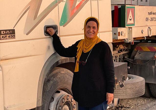 لينا مصفر من مدينة طولكرم أول فلسطينية تحصل على رخصة قيادة مركبة شحن ثقيل، الضفة الغربية، فلسطين 23 فبراير 2021