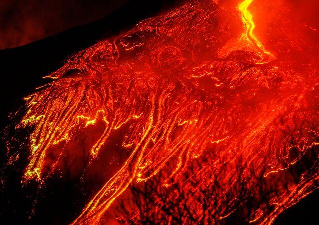 الحمم الحمراء الساخنة تتدفق مع استمرار ثوران بركان جبل إتنا، البركان الأكثر نشاطًا في أوروبا، جزيرة صقلية، إيطاليا، 21 فبراير 2021