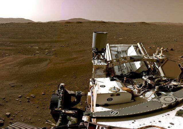 صورة بانوراما مكونة من عدة صور فردية التقطتها كاميرات الملاحة، أو نافكامس، على متن المركبة المتجولة بيرسيفرانس مارس التابعة لوكالة الفضاء الدولية ناسا، منظر كوكب المريخ في 20 فبراير 2021