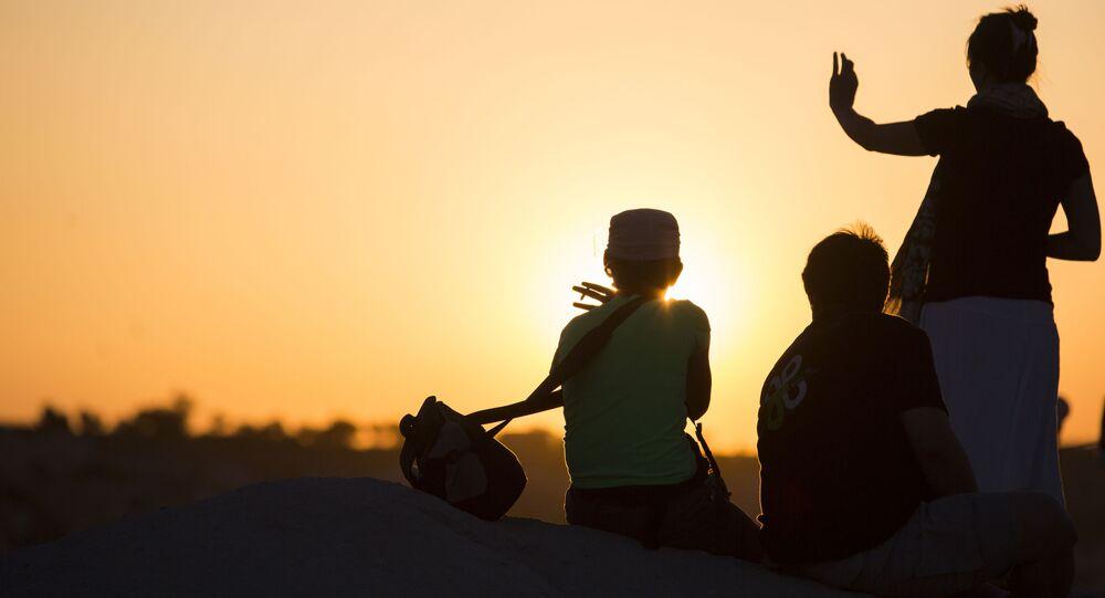 سياح  يشاهدون غروب الشمس في مدينة جوريمي - تركيا