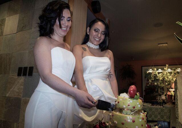 عروسان يقطعان قالب حلوى
