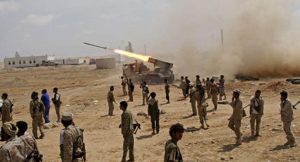 جنود من الجيش اليمني يطلقون صواريخ