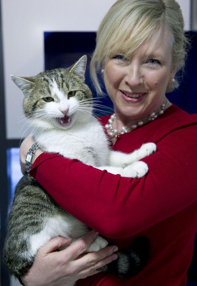 مديرة مأوى الحيوانات، كلير هورتون، تمسك بالقط لاري قبل إرساله إلى مقر إقامة رئيس الوزراء البريطاني في 10 داونينغ ستريت، 15 فبراير 2011