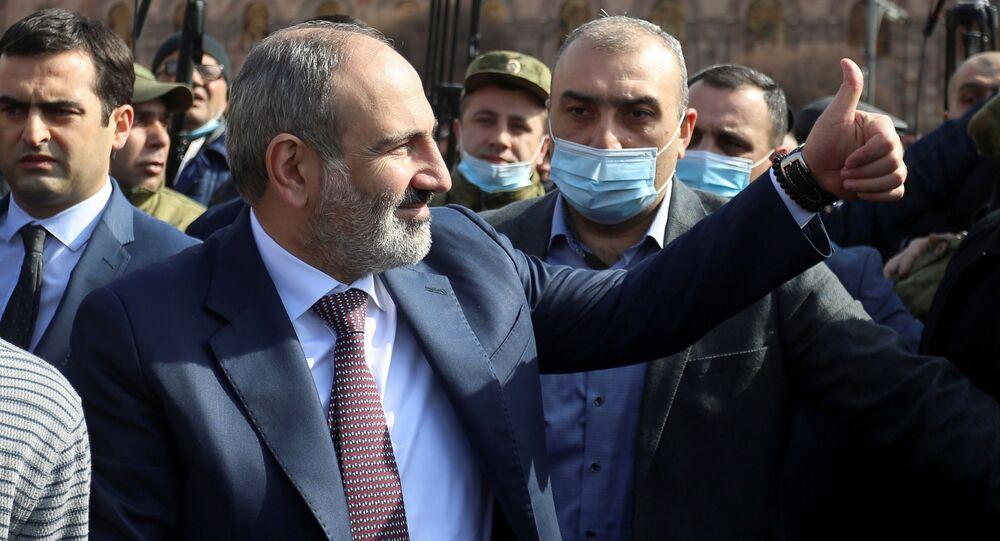 الوضع في أرمينيا - رئيس الوزراء نيكولاي باشينيان يخرج للمتظاهرين بعد تصريحه حول أن سبب هزيمة أرمينيا في حرب قره باغ هو الأسلحة الروسية السيئة، يريفان، 25 فبراير 2021