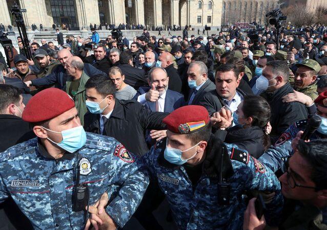 الوضع في أرمينيا - احتجاجات ضد رئيس الوزراء نيكولاي باشينيان، بعد تصريحه حول أن سبب هزيمة أرمينيا في حرب قره باغ هو الأسلحة الروسية السيئة، أمام مبنى الحكومة الأرمنية في يريفان، 25 فبراير 2021