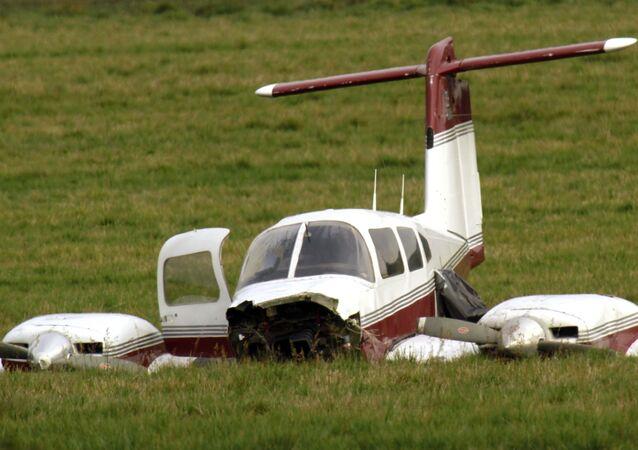 طائرة تهبط اضطراريا وتصطدم بالأرض