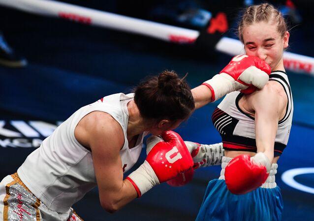 فاطمة دودييفا (روسيا) أثناء معركة ملاكمة مع تاتيانا أليكسييفا (روسيا) (يمين) في إطار عرض أمسية الملاكمة في فيغاس سيتي هول، موسكو، روسيا 20 فبراير 2021