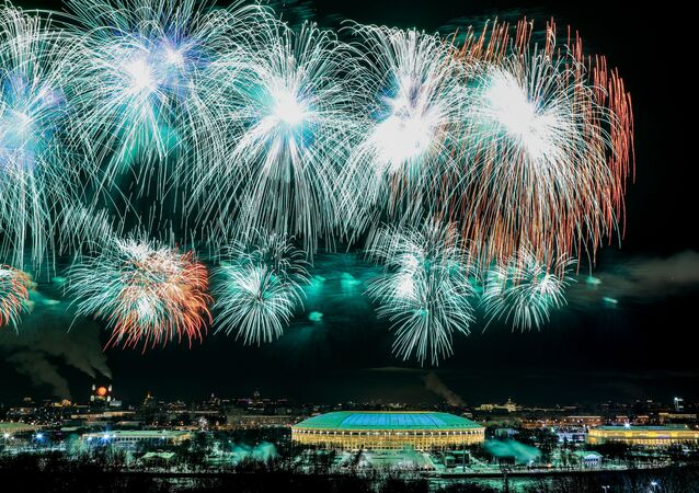 ألعاب نارية فوق ملعب لوجنيكي في موسكو، بمناسبة عيد حماة الوطن في روسيا، 23 فبراير 2021