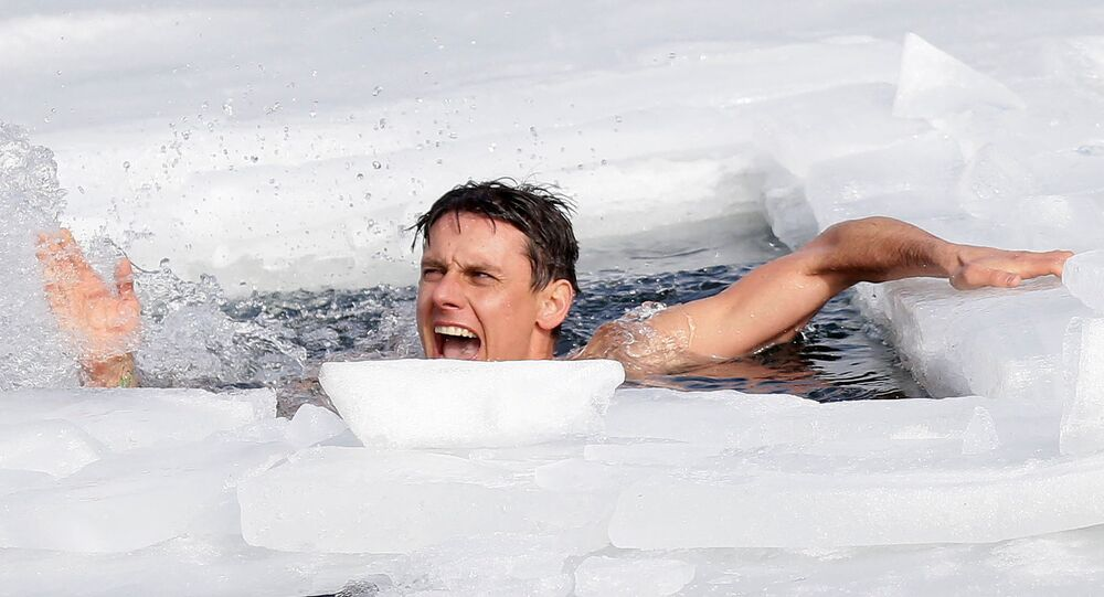 رد فعل الغواص التشيكي ديفيد فينسل، بعد كسر الرقم القياسي العالمي الجديد في السباحة تحت الجليد، في بحيرة في مقلع سابق في قرية لاهوست بالقرب من مدينة تبليتسه، جمهورية التشيك، 23 فبراير 2021