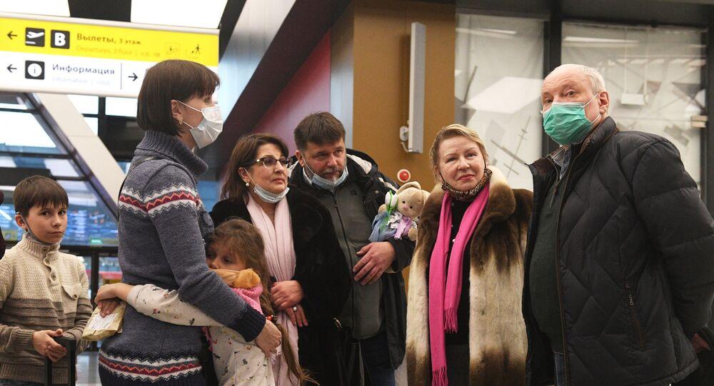 الدبلوماسيون الذين غادروا كوريا الديمقراطية على متن عربة يعودون إلى روسيا