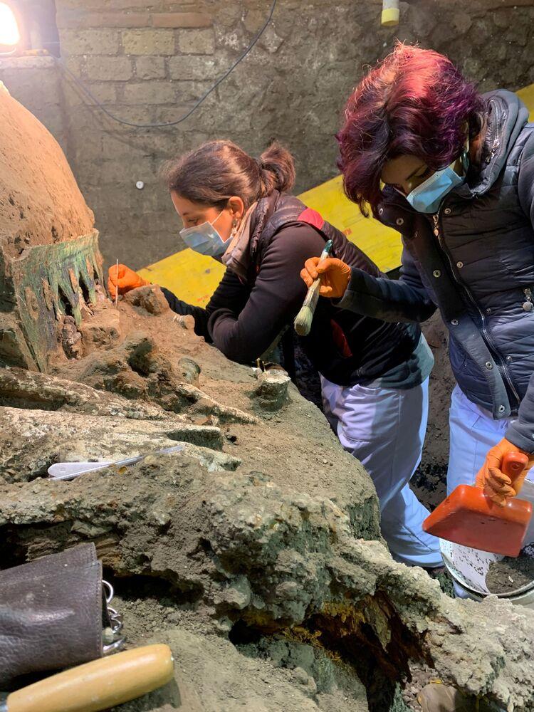 اكتشف علماء الآثار عربة احتفالية قديمة في موقع بالقرب من مدينة بومبي الرومانية القديمة، التي دُمرت عام 79 بعد الميلاد نتيجة لثوران بركاني عنيف، إيطاليا ، فبراير 2021