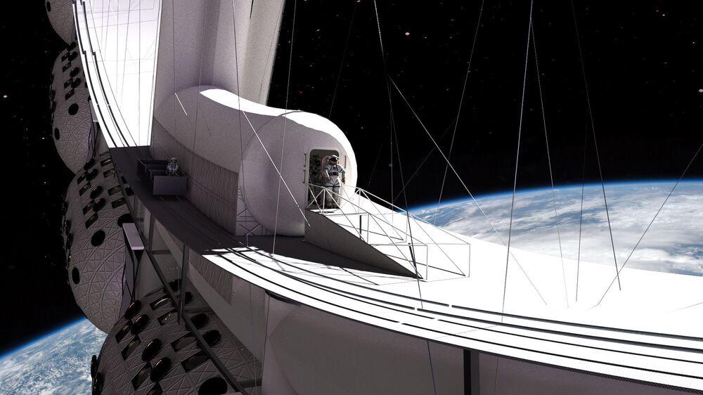 سائح يرتدي زي رائد فضاء يخرج من فندق فواياجير ستيشن الفضائي إلى الفضاء المفتوح