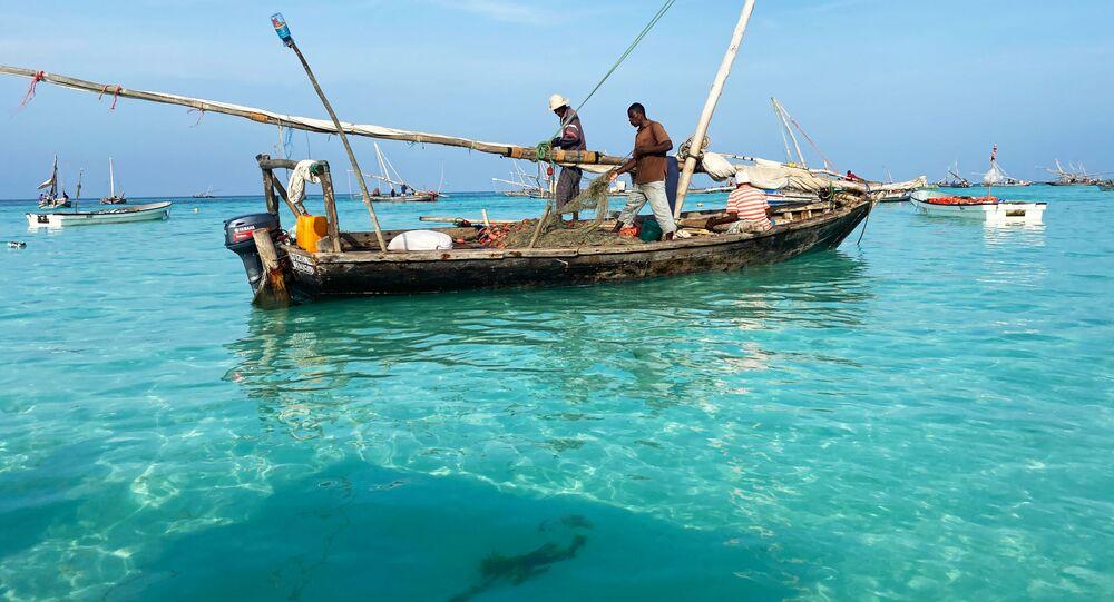 صيادون على متن قارب قبالة جزيرة زنجبار، تنزانيا 18 فبراير 2021