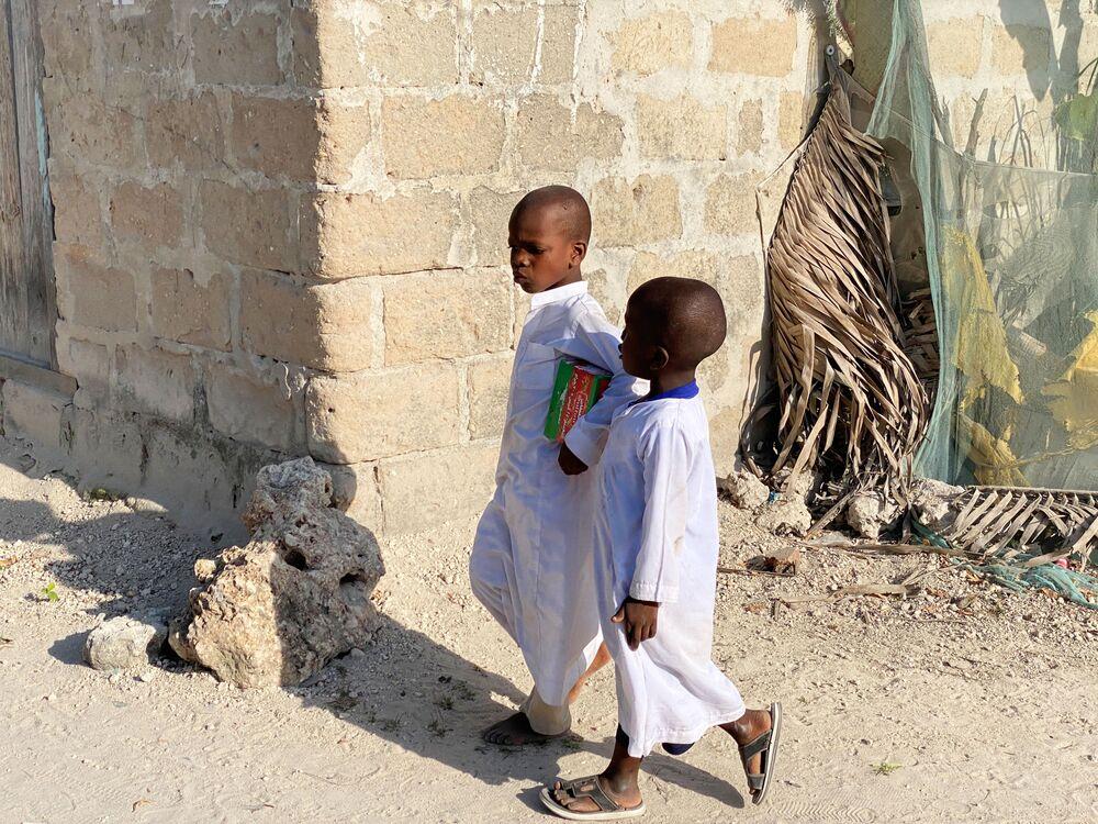 أطفال في أحد أحياء جزيرة زنجبار، تنزانيا 18 فبراير 2021