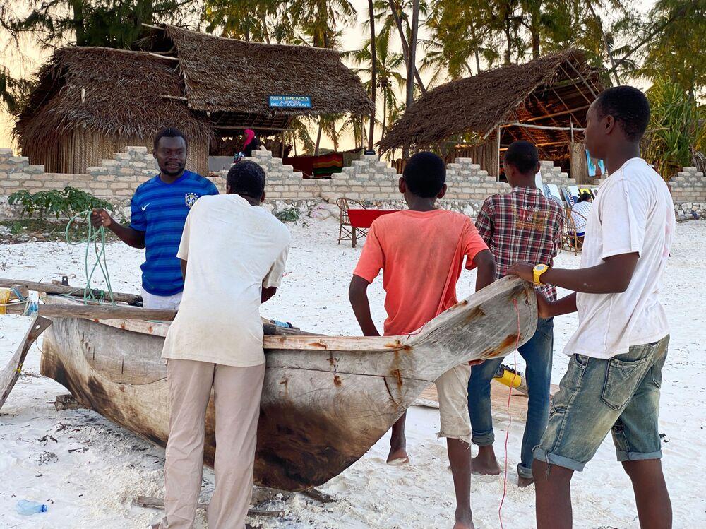 سكان قرية الصيادين في جزيرة زنجبار، تنزانيا 18 فبراير 2021