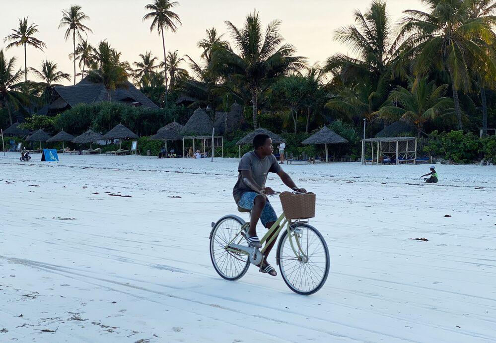 شاب يكرب دراجة على شاطئ جزيرة زنجبار، تنزانيا 18 فبراير 2021