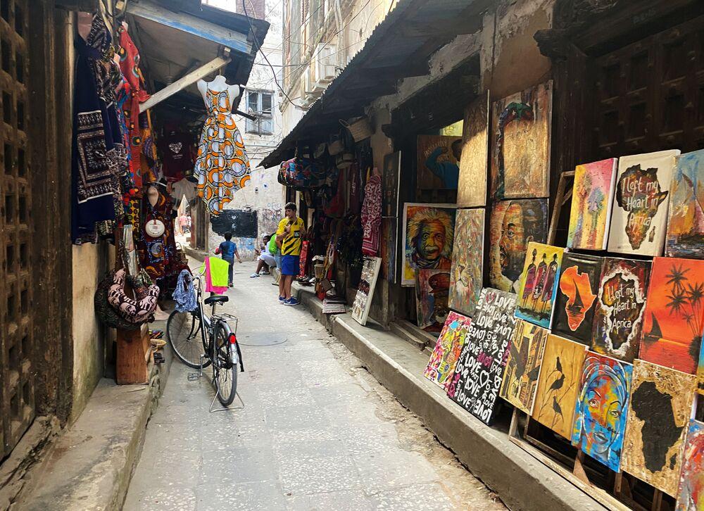 متجر لبيع اللوحات في أحد شوارع مدينة زنجبار، تنزانيا 18 فبراير 2021