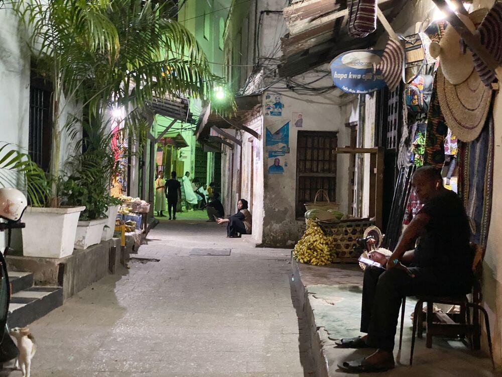 مقهى في أحد شوارع مدينة زنجبار، تنزانيا 18 فبراير 2021