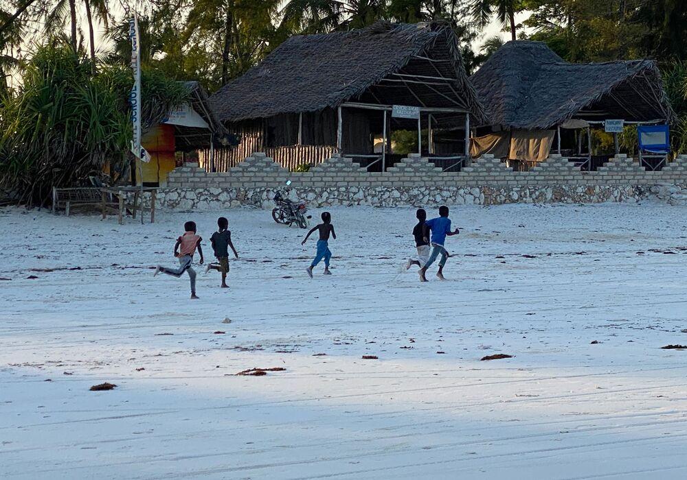أطفال في أحد أحياء الصيادين في جزيرة زنجبار، تنزانيا 18 فبراير 2021