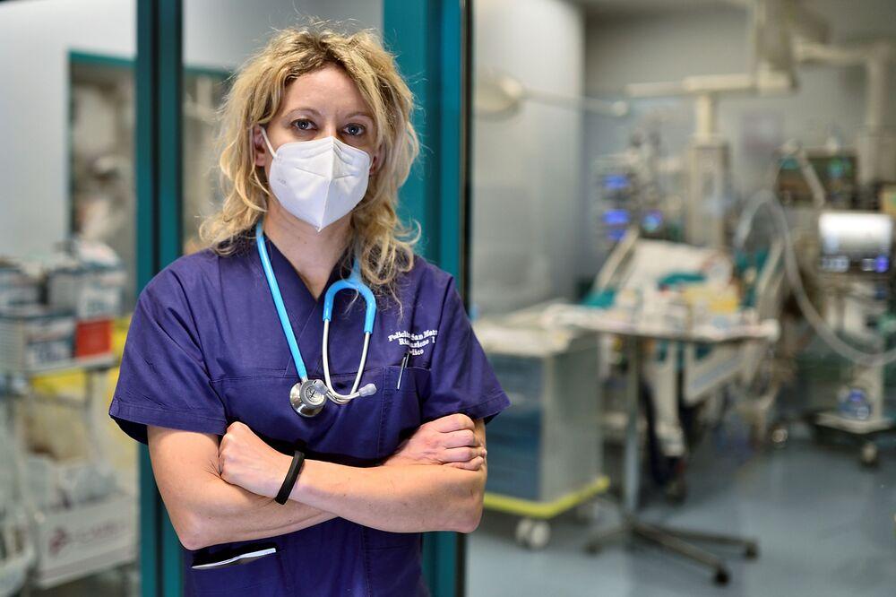 أناليزا مالارا، الطبيبة التي شخّصت أول مريض إيطالي بـ كوفيد -19، في مستشفى سان ماتيو في بافيا، إيطاليا، 18 فبراير 2021