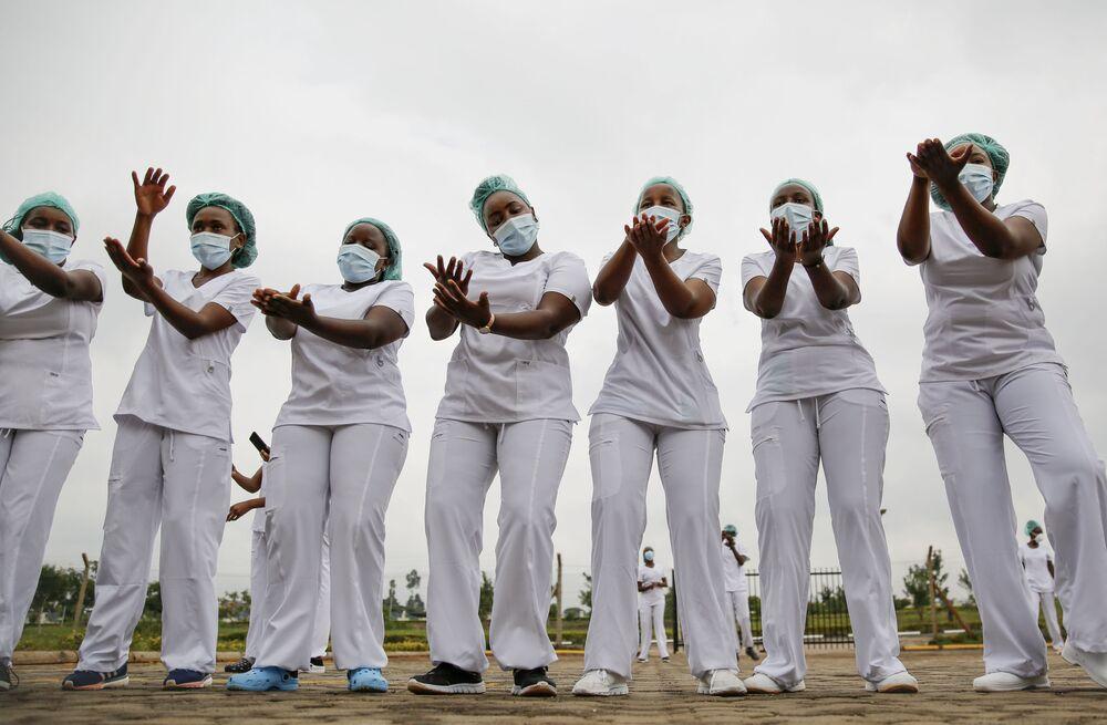 ممرضات تؤدي رقصة زومبا خلال استراحة في العمل، وذلك في إطار التعامل مع الإجهاد والعمل الشاق، في موقف السيارات خارج مستشفى جامعة كينياتا للتعليم والإحالة والبحوث في نيروبي، كينيا 17 مايو 2020