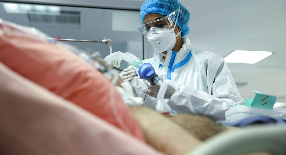 ممرضة تتفقد حالة مريض كوفيد -19في وحدة العناية المركزة في مستشفى سوتيريا، وسط جائحة فيروس كورونا في أثينا، اليونان، 24 فبراير 2021