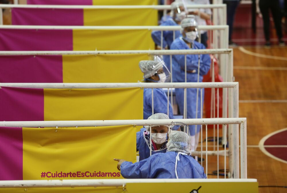 عمال الرعاية الصحية ينتظرون تسليم جرعات من لقاح سبوتنيك V الروسي ضد مرض فيروس كورونا (كوفيد-19) في ملعب لكرة السلة في ملعب ريفر بليت، في بوينس آيرس، الأرجنتين في 3 فبراير 2021
