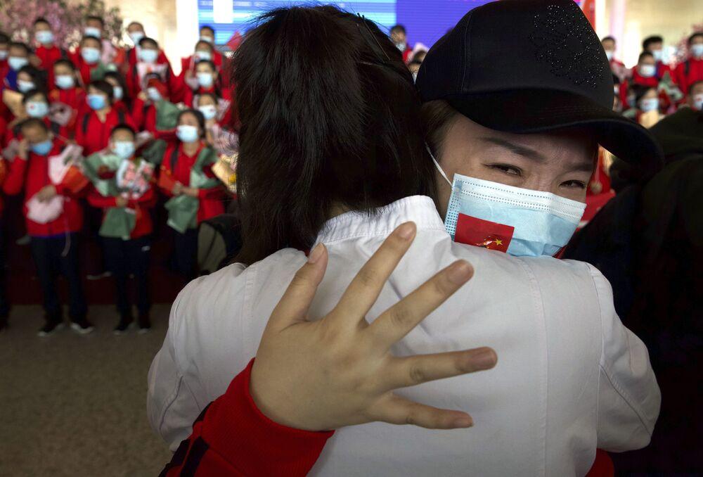 عاملة طبية من مقاطعة جيلين الصينية تستعد للعودة إلى منزلها في مطار ووهان تيانهي الدولي في ووهان، بمقاطعة هوبى بوسط الصين، 8 أبريل 2020