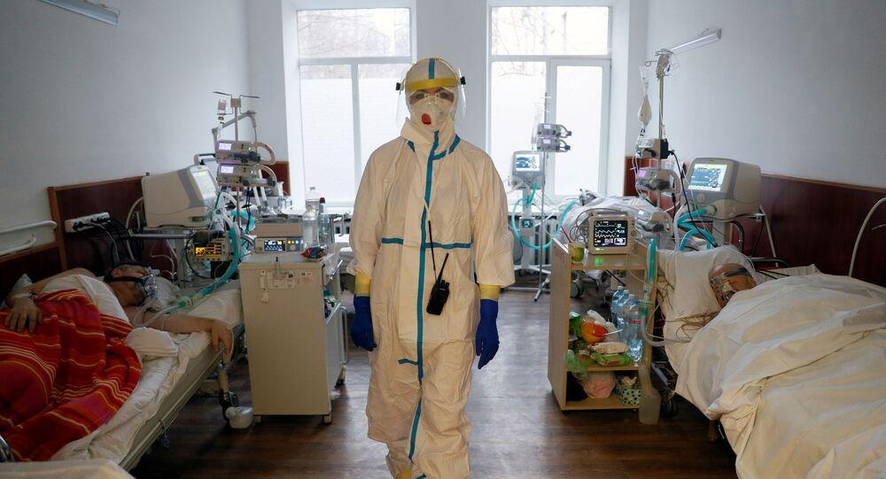 طبيب أثناء تلقي المرضى العلاج في مستشفى للأشخاص المصابين بمرض فيروس كورونا (كوفيد-19) في كييف، أوكرانيا، 26 يناير 2021