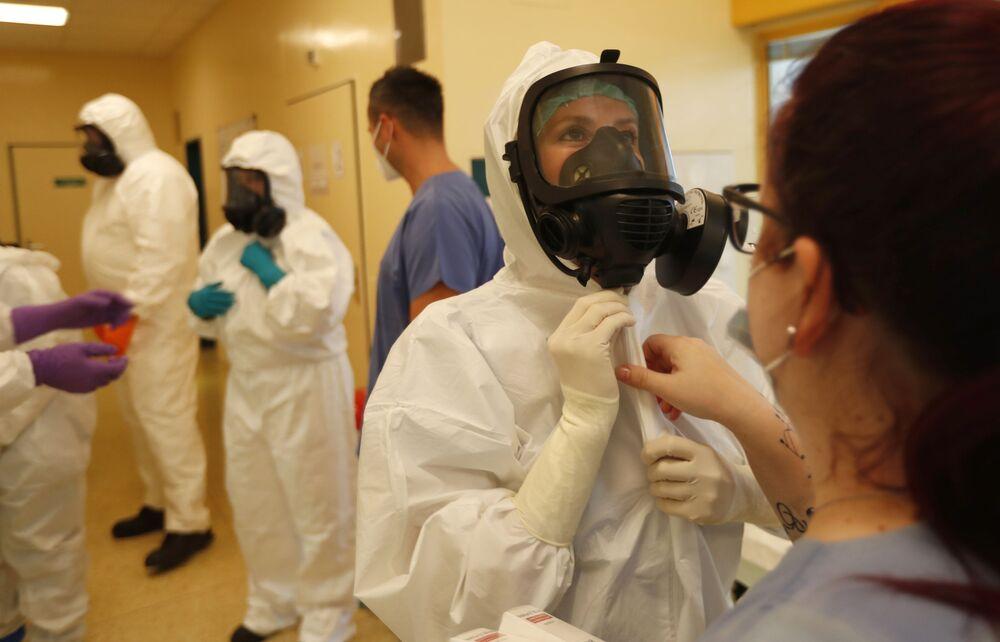 ممرضون يستعدون لنقل مريض كوفيد-19من وحدة العناية المركزة في مستشفى في كيجوف إلى مستشفى في برنو، التشيك، 22 أكتوبر 2020