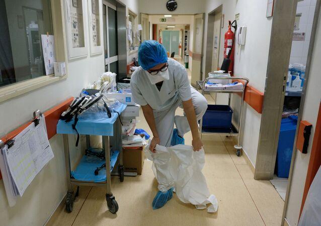 تستعد الممرضة إيناس لوبيز لدخول غرفة مريض كوفيد-19 في مستشفى ساو جوزيه، وحدة العناية المركزة أثناء جائحة فيروس كورونا (كوفيد-19) في لشبونة، البرتغال، 19 فبراير 2021