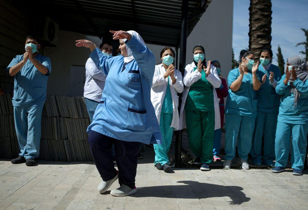 طاقم مستشفى لبناني يرقصون للترفيه عن المرضى المسنين في مستشفى سبلين الحكومي، جنوب شرق العاصمة بيروت، لبنان 8 مايو 2020
