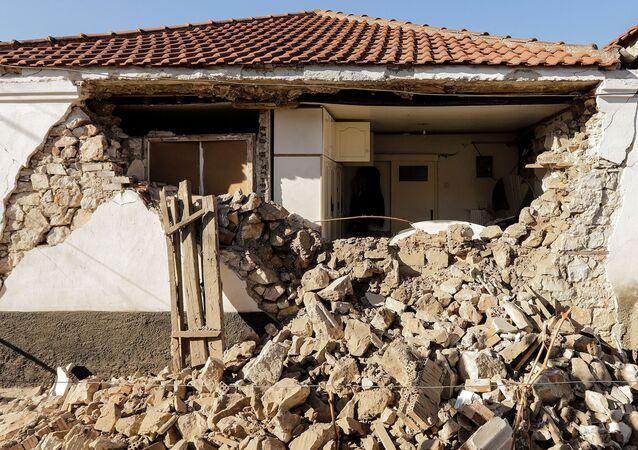 تداعيات زلزال في قرية داماسي، وسط اليونان، 3 مارس 2021