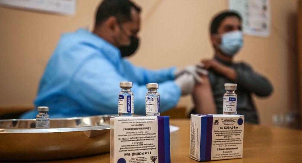 التطعيم بلقاح سبوتنيك V الروسي ضد فيروس كورونا (كوفيد-19)، مدينة غزة، قطاع غزة، فلسطين، 3 مارس 2021