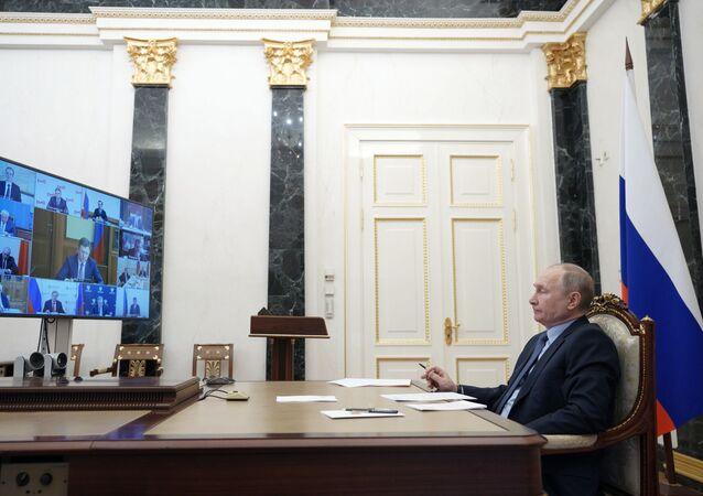 الرئيس الروسي فلاديمير بوتين، خلال اجتماع مع أعضاء الحكومة الروسية عبر الفيديو، 2 مارس 2021