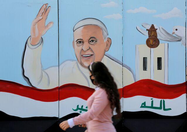 صورة البابا فرنسيس على حائط كنيسة قبيل زيارته بغداد