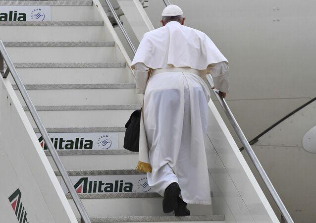 البابا فرانسيس متوجها إلى العراق