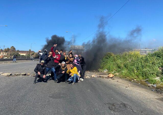 .محتجون يقطعون الطرق بالدواليب المشتعلة احتجاجاً على تردي الوضع المعيشي، لبنان 5 مارس 2021