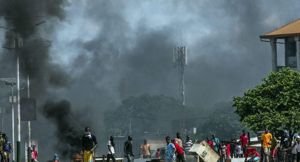 أدخنة في خلفية اشتباكات بين مناصرين ومعارضة في غينيا أكتوبر 2020