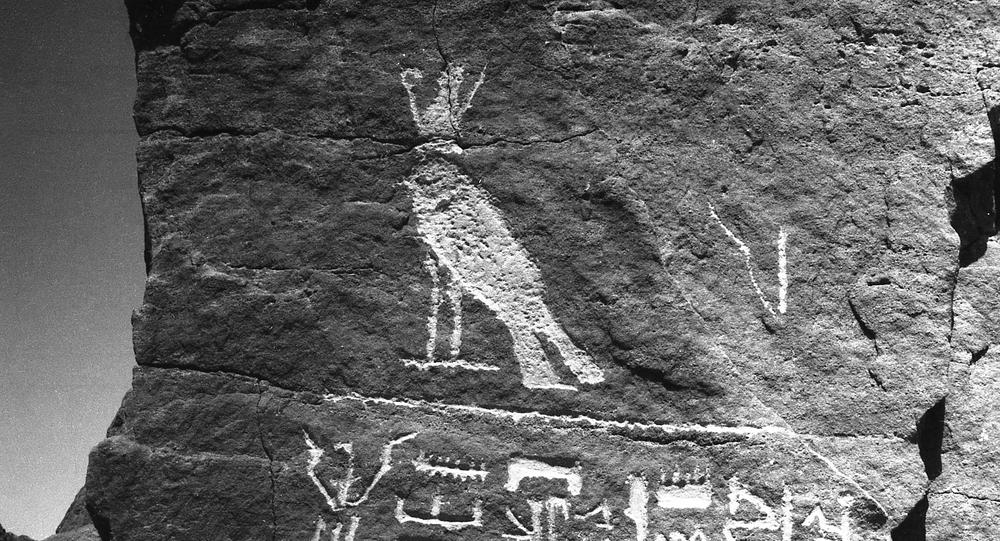 رسم الإله حورس في المنطقة، حيث أجرى علماء الآثار السوفييت أبحاثهم.