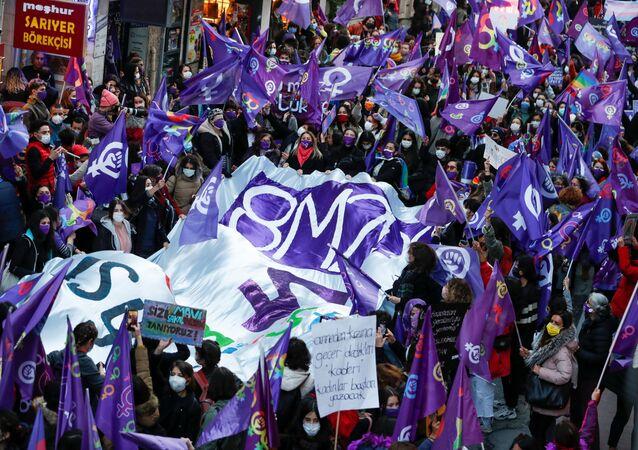 ألف امرأة في إسطنبول يقودن مظاهرة احتجاجا على قتل النساء خلال الاحتفال باليوم العالمي للمرأة