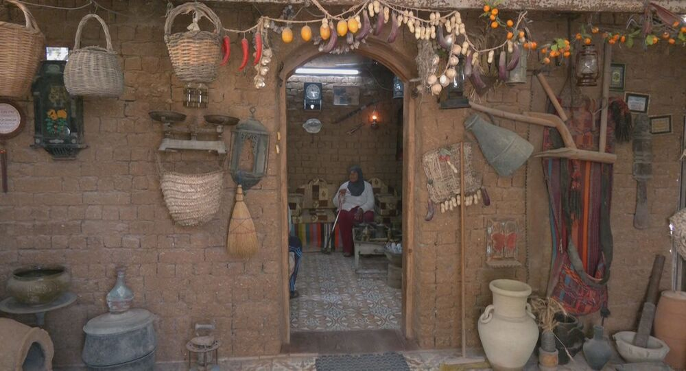 مسنة فلسطينية تحتفظ بكوخ من الطين يحوي مقتنيات تراثية