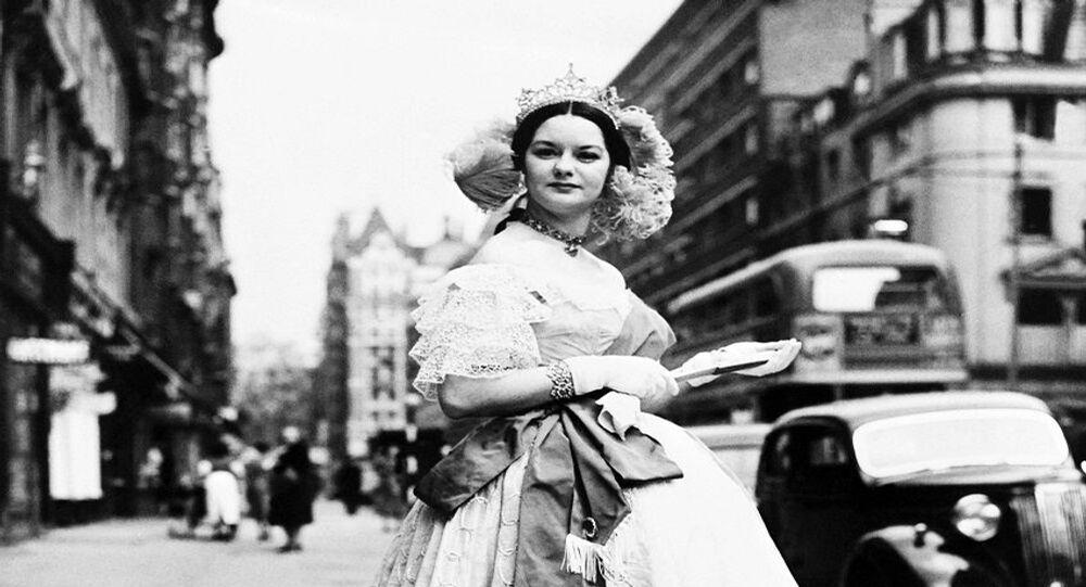 صورة تعبيرة لزي الملكة فيكتوريا ملكة بريطانيا الراحلة