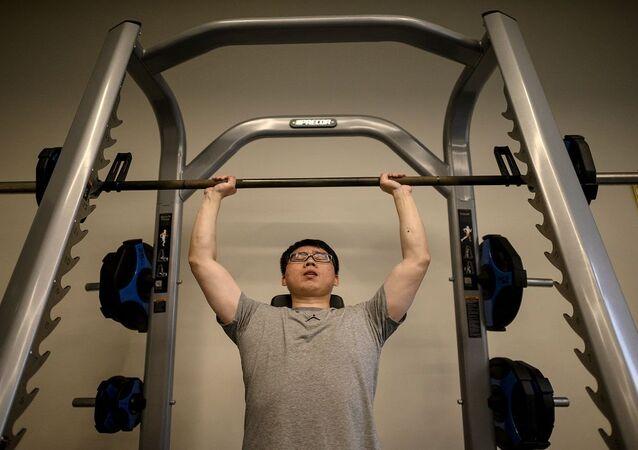 شاب يمارس التمارين الرياضية في صالة جيم