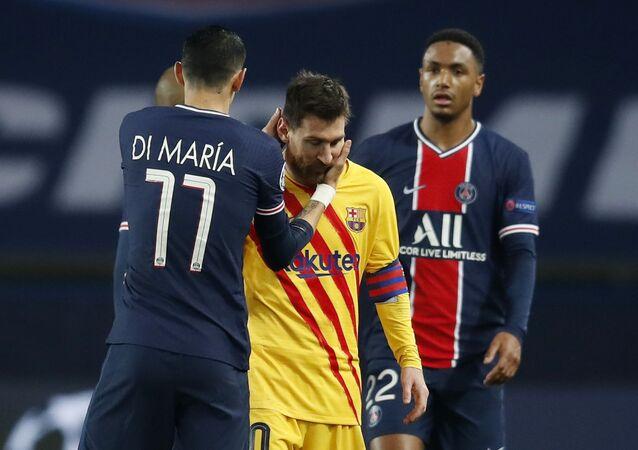 أنخيل دي ماريا لاعب باريس سان جيرمان مع ميسي بعد خروج برشلونة من دوري أبطال أوروبا على يد البي إس جي