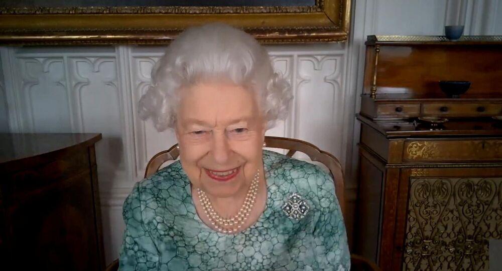 ملكة بريطانيا إليزابيث الثانية أثناء حضورها عرضا علميا افتراضيا للاحتفال بأسبوع العلوم البريطاني، 12 مارس/ آذار 2021