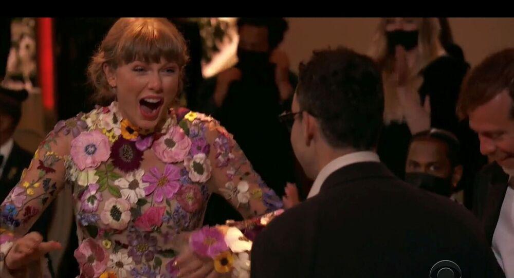 المغنية الأمريكية، تايلور سويفت، لحظة الإعلان عن فوزها بجائزة ألبوم العام في حفل غرامي الـ63 عن ألبومها فولكلور، كاليفورنيا، الولايات المتحدة، 14 مارس/آذار 2021